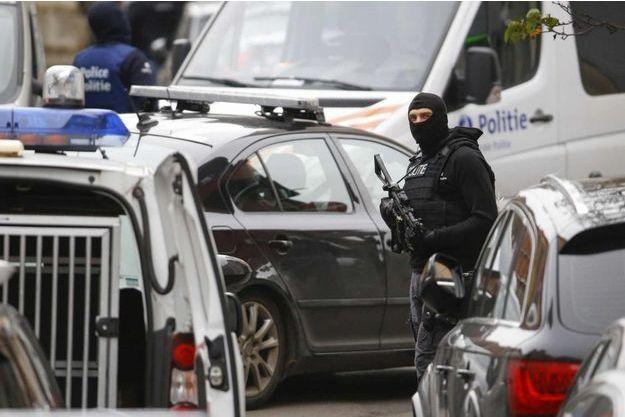 La police belge devant le domicile perquisitionné jeudi.