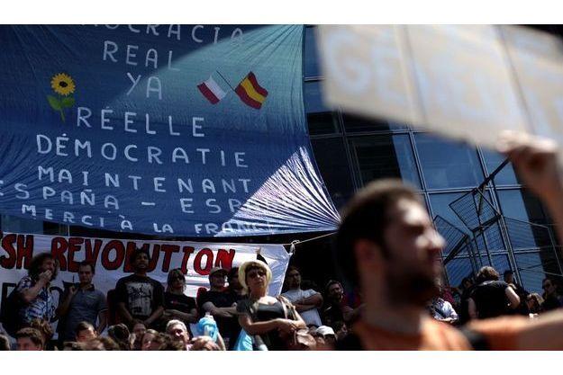 """Les """"Indignés"""", dimanche, place de la Bastille, à Paris."""