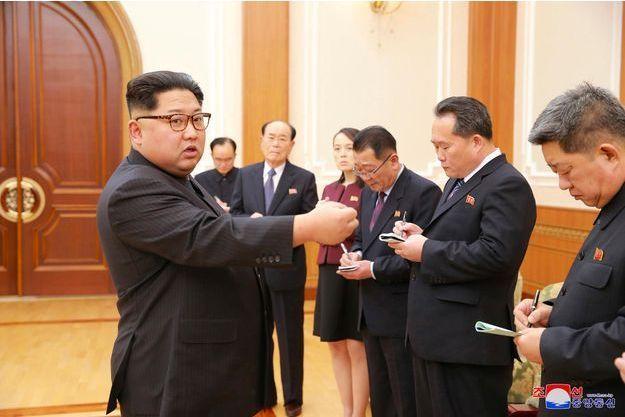 Kim Jong-un face à la délégation nord-coréenne envoyée aux Jeux Olympiques de Pyeongchang, le 13 février 2018.