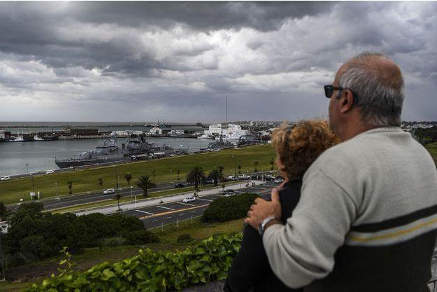 Un couple attend des nouvelles de la Marine argentine.