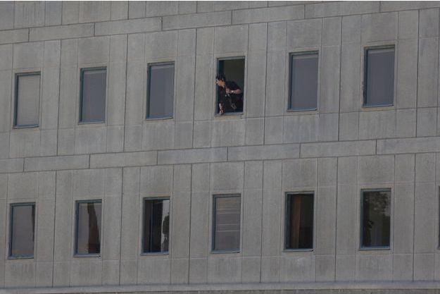 Un policier à l'intérieur du Parlement iranien.