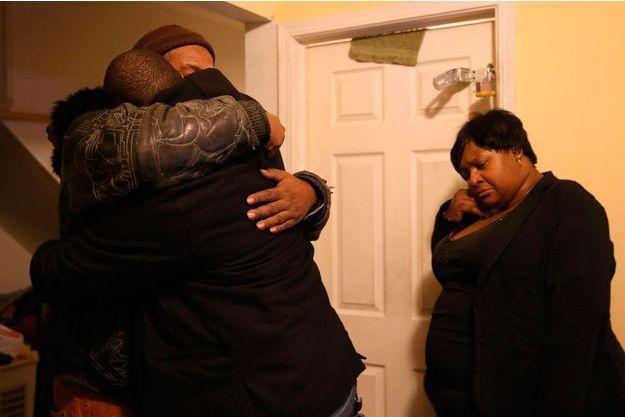 Les proches de Bettie Jones, tuée accidentellement samedi par un policier de Chicago.