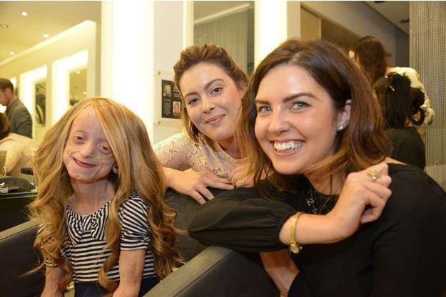 Ashanti pose avec Alison et Georgia, les coiffeuses qui se sont occupées d'elle... et de sa nouvelle perruque.
