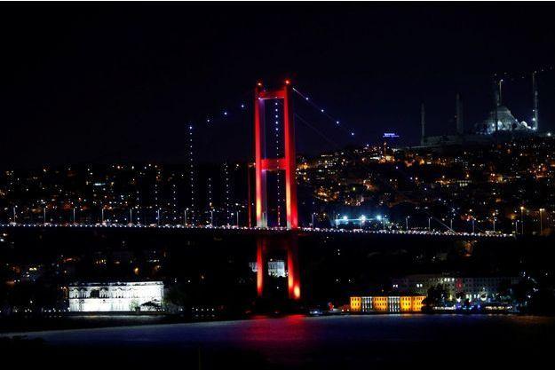 Le pont du Bosphore à Istanbul a été coupé