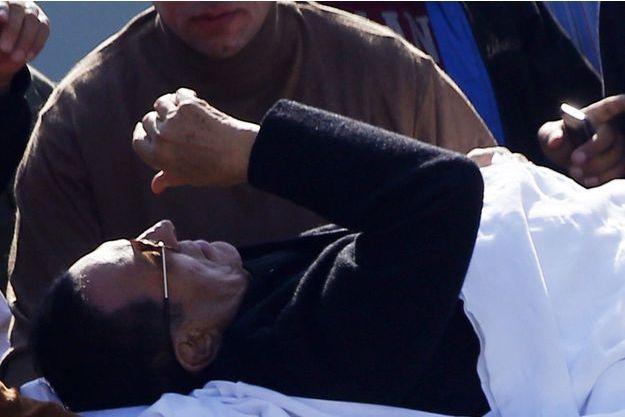 Gravement malade, Hosni Moubarak a été acheminé vers le tribunal du Caire en lit médicalisé.