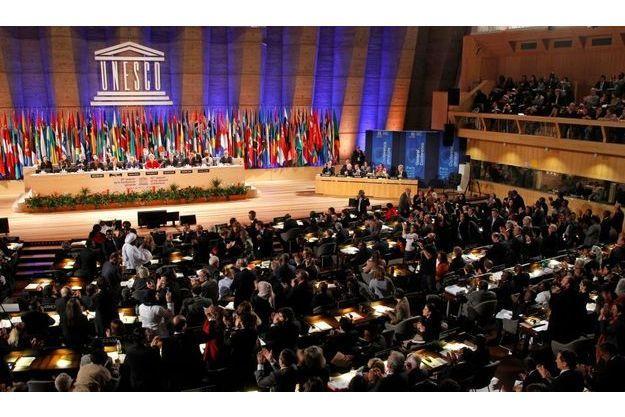 Les représentants des différents pays se sont levés pour applaudir l'adhésion de la Palestine.