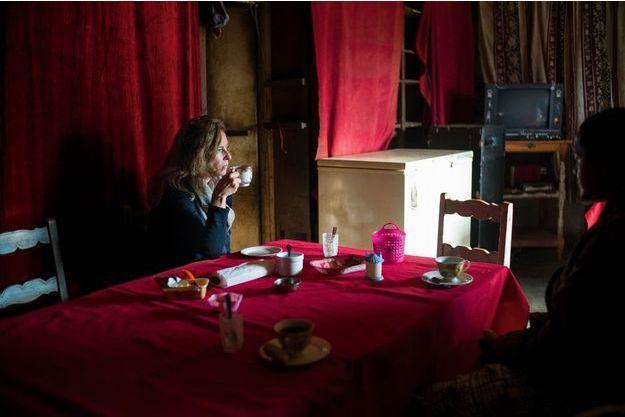 Retour à la vie normale pour l'ex-première dame. A l'hôtel Coco d'Ivohibe, Valérie Trierweiler boit une tasse de thé.
