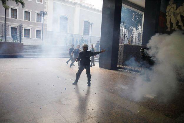 Une centaine de militants favorables au gouvernement chaviste ont fait irruption dans le Parlement du Vénézuela, mercredi.