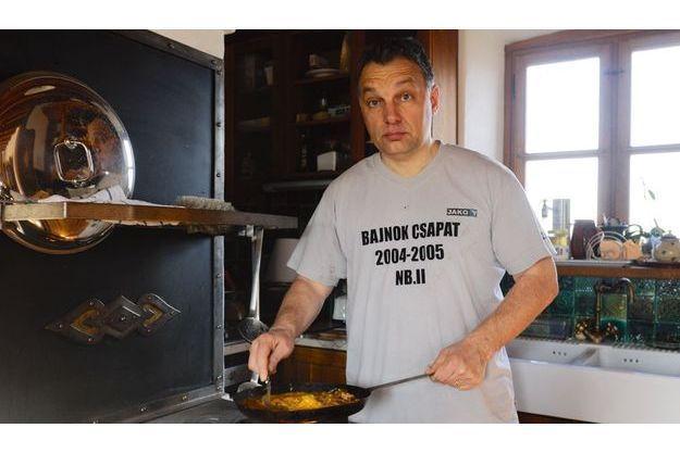 Samedi matin 22janvier 2011, Viktor Orban, en maillot du championnat de deuxième division de foot, prépare une omelette au chorizo pour le petit déjeuner de son fils.