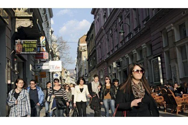 Sniper Alley, Sarajevo Sniper alley, Sarajevo: plus d'un millier de personnes y ont été blessées, et 225 y sont mortes, parmi lesquelles 60 enfants. Aujourd'hui c'est une artère commerçante. Pendant la guerre,  on y venait pour la source d'eau potable.
