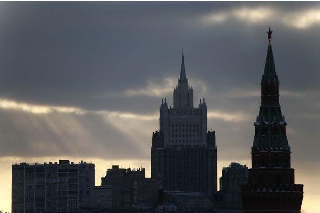 Vue sur le Kremlin et le siège du ministre des Affaires étrangères à Moscou.