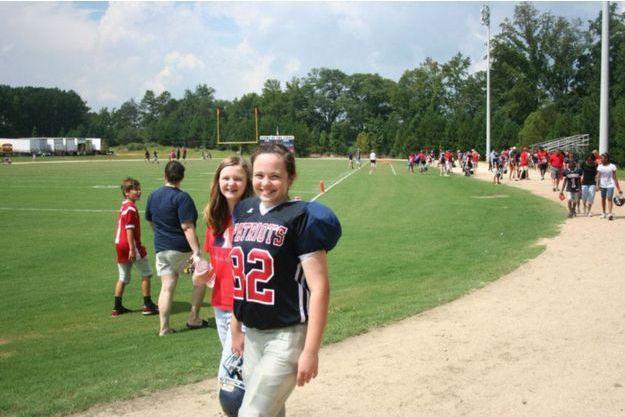Maddy sur le terrain de football américain.