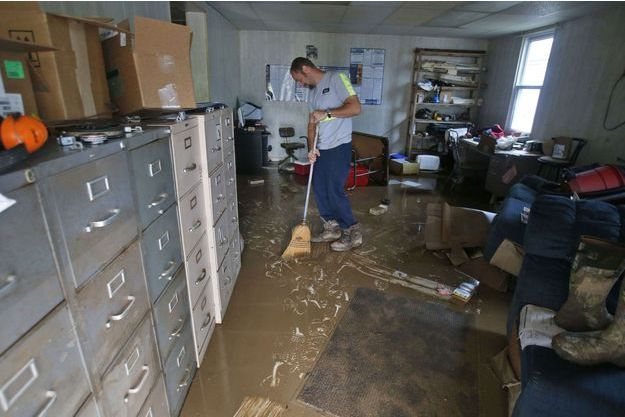 Un habitant de l'Etat de Virginie-Occidentale tente de chasser l'eau de sa propriété