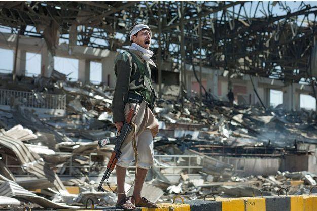 A Sanaa, le 5 novembre. Place Al-Sabeen, dans les tribunes présidentielles, après l'une des ripostes de l'Arabie saoudite, visée la veille par un missile yéménite.