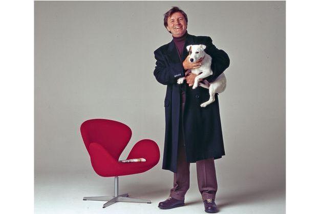 Patrick Jarnoux,  avec son chien, en 1999.  Il est alors chef des infos  puis sera rédacteur en chef.