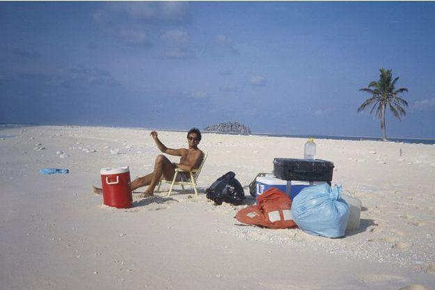 Benoit en Robinson sur l'îlot de Clipperton, au milieu du Pacifique. Avril 1986. En dépit des apparences, deux jours d'enfer à cause des crabes de sable qui mangent tout!