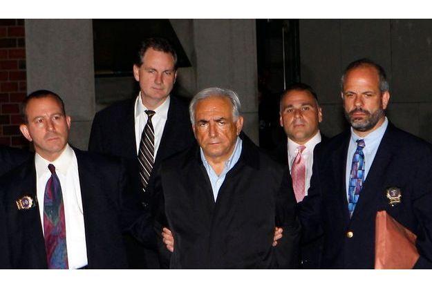 """Dominique Strauss-Kahn en mai dernier, encadré par des détectives de la """"special victims unit""""."""