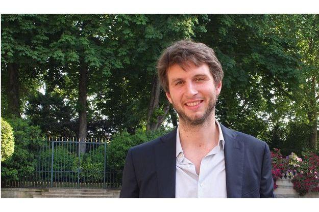 Alfred de Montesquiou, nouveau lauréat du prix Albert Londres de la presse écrite, au Sénat hier mercredi. Le prix récompense ses reportages sur le Libye parus dans Match.