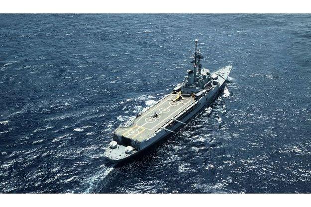 Marc Brincourt, le chef du service photo de Paris Match a effectué son service militaire en tant que matelot photo à bord de la «Jeanne d'Arc» pendant la campagne 1978-79. On lui doit cette superbe vue aérienne du navire-école.