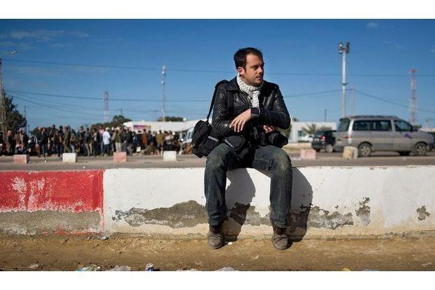 Rémi Ochlik, le 26 février 2011, au poste frontière de Ras Jdir, en Tunisie, où des dizaines de milliers de réfugiés libyens affluaient pour échapper aux combats dans leur pays.