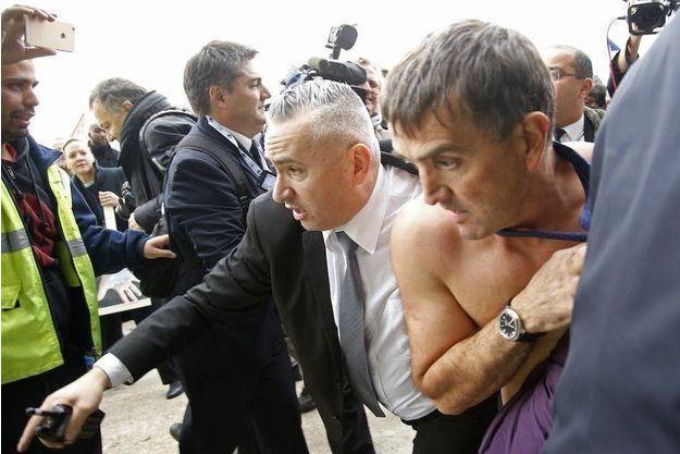 Le DRH d'Air France Xavier Broseta exfiltré après les échauffourées.