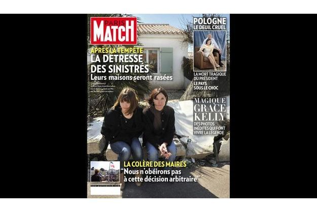 Chantal Berlemont et sa fille de 16 ans devant leur maison sous la digue, à La Faute-sur-Mer, où Charlotte a passé son enfance.