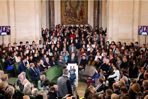 Sous le regard de Brigitte Macron et du couple grand-ducal du Luxembourg, Emmanuel Macron s'exprime sous la Coupole, mardi.