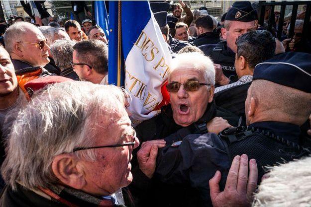 Manifestation de pieds-noirs devant le meeting de Macron à Toulon