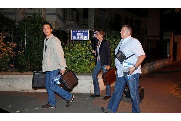 Les inspecteurs de police, au sortir du bureau de Liliane Bettancourt, lundi 12 juillet