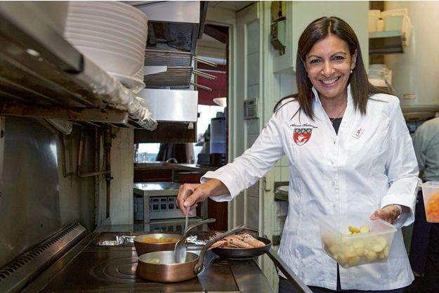 Anne Hidalgo au restaurant du chef Matthieu Garrel, le Bélisaire dans le XVe arrondissement de Paris.