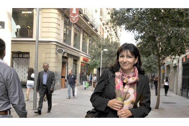 Anne Hidalgo dans la rue commercante de Fuencarral, dans le centre de Madrid