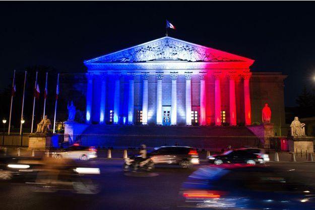 L'Assemblée nationale en bleu blanc rouge, mardi soir.