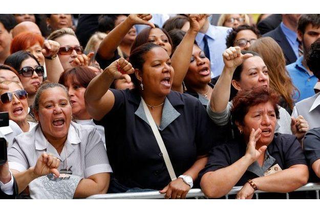 Des femmes de chambre ont manifesté leur soutien à la victime en huant DSK
