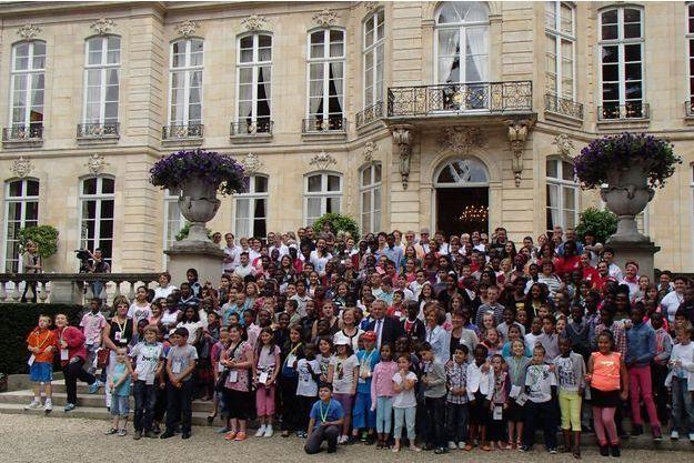Devant le perron de l'hôtel Matignon, Jean-Marc Ayrault pose avec ses invités.