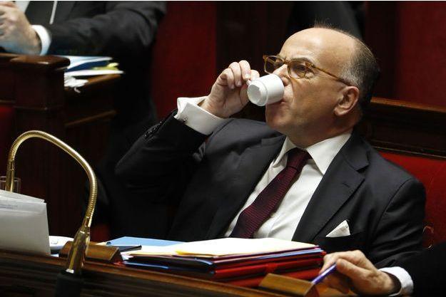 Bernard Cazeneuve savoure un café mardi à l'Assemblée nationale.