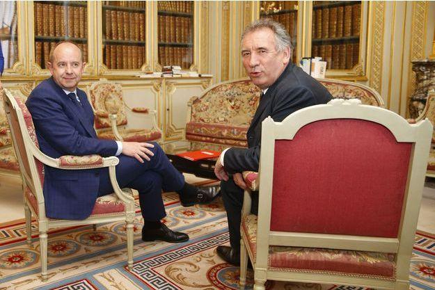 Jean-Jacques Urvoas et François Bayrou, mercredi, lors de la passation de pouvoir.