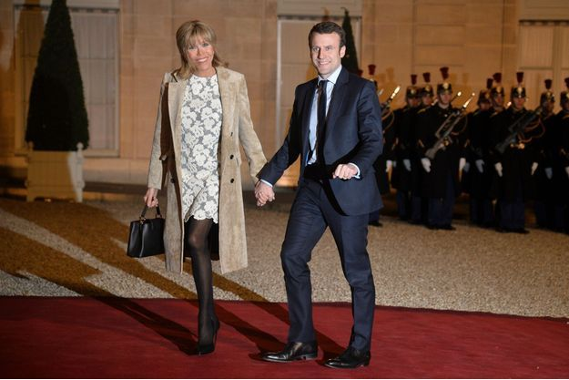 Dentelle, bas noirs et hauts talons, ensemble Vuitton lors du dîner d'Etat donné le 10 mars 2016 à l'Elysée, en l'honneur du roi et de la reine des Pays-Bas.