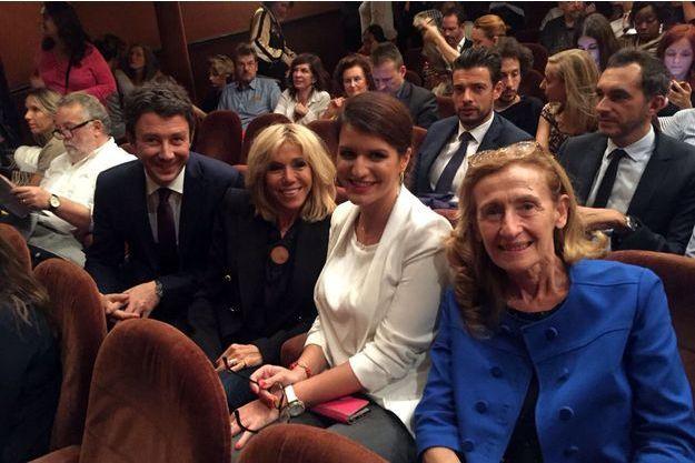 De gauche à droite : Benjamin Griveaux, Brigitte Macron, Marlène Schiappa et Nicole Belloubet lundi soir au théâtre Antoine à Paris.