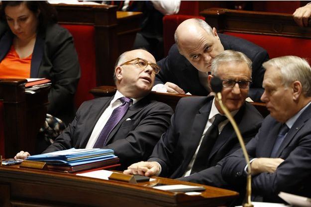 Bernard Cazeneuve et Bruno Le Roux échangent à l'Assemblée nationale, le 15 février.