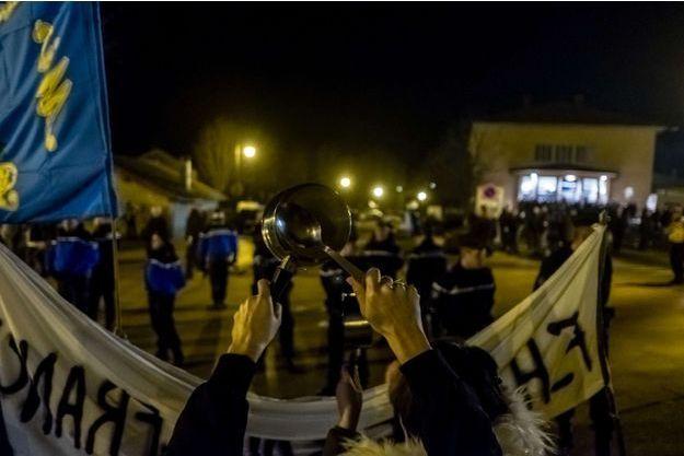 Manifestation en marge du meeting de Marine Le Pen à Clairvaux-les-Lacs (Jura) vendredi.