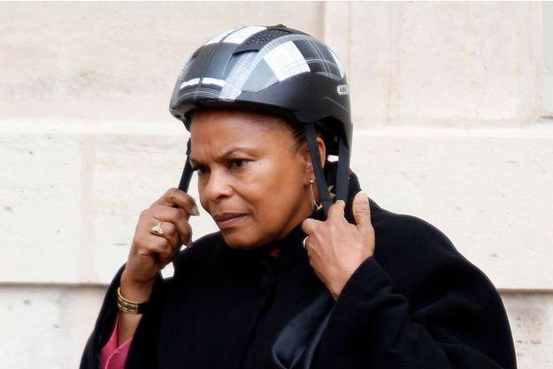 Christiane Taubira enfile son casque après le conseil des ministres à l'Elysée, le 18 septembre dernier. La ministre aime s'y rendre à vélo.