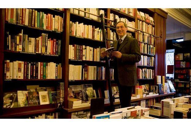 Claude Guéant dans la librairie Galignani, rue de Rivoli à Paris.