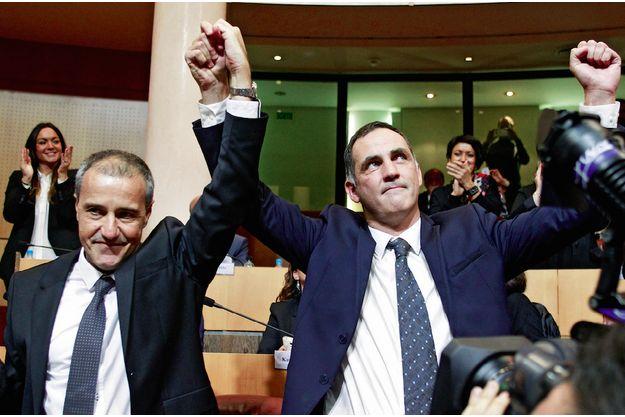 Jean-Guy Talamoni (à g.), le nouveau président de l'assemblée régionale, et Gilles Simeoni, élu président de l'exécutif.