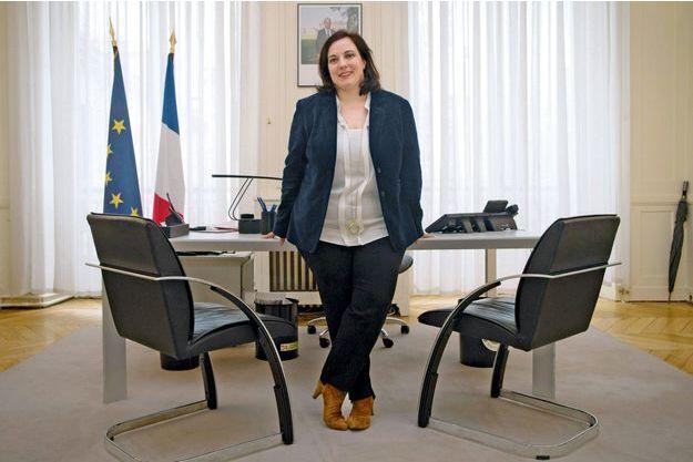 Le 12 février, Emmanuelle Cosse pose dans son nouveau bureau du ministère du Logement.