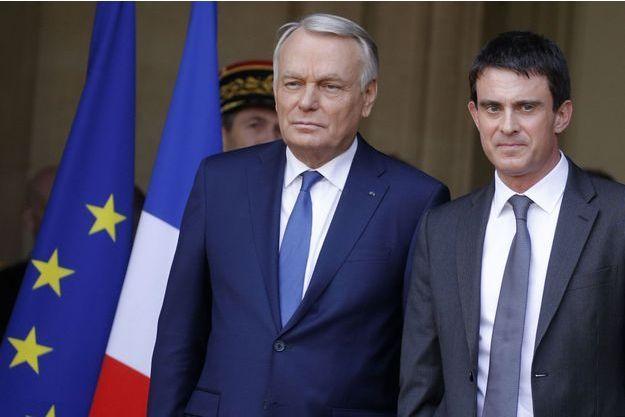 Jean-Marc Ayrault et Manuel Valls le 1er avril dernier, lors de la passation de pouvoir. Depuis l'arrivée de l'ancien ministre de l'Intérieur à Matignon, les rémunération ont bondi.