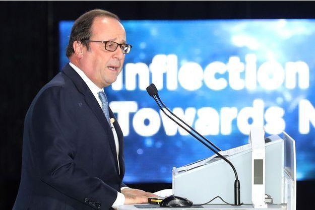 """François Hollande s'exprimant au """"World Knowledge Forum"""" à Seoul, lundi."""