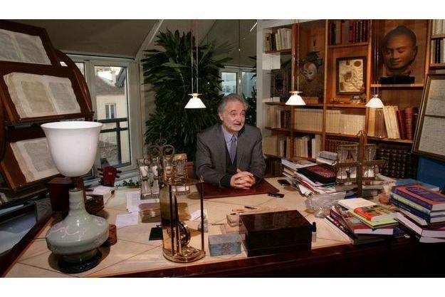 Jacques Attali dans son bureau à Neuilly.