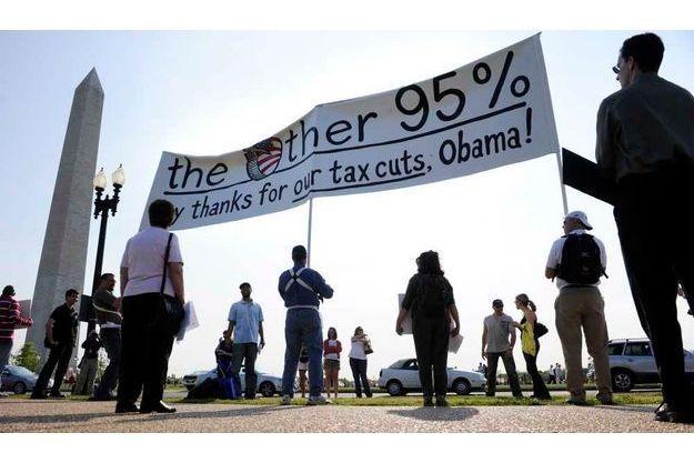 Des manifestants s'étaient réunis, en avril, pour remercier le président lors d'une contre-manifestation, alors qu'un groupe anti-impôts s'était rassemblé un peu plus loin pour protester contre la politique d'Obama, voulant mettre fin aux avantages fiscaux visant les plus riches et datant de l'ère Bush.
