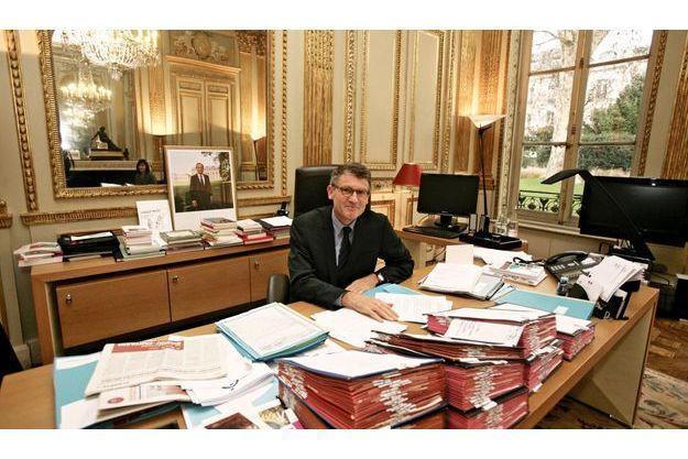 Le ministre de l'Education nationale, dans son bureau rue de Grenelle le 18 janvier, s'apprête à publier un livre (le 13 février, éd. du Seuil) qui accompagnera sa loi.