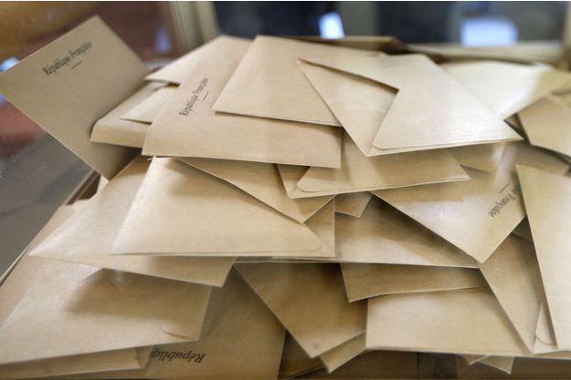 Bulletins de vote dans une urne, dimanche 25 mai.